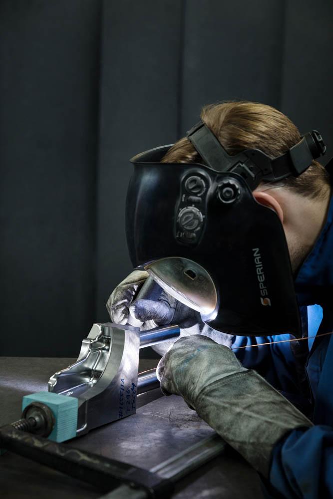 Werkzeugbau Maschinenbau corporate photography Industriefotografie Unternehmensbericht Mitarbeiter am Arbeitsplatz
